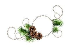 Ρύθμιση γωνιών από τις χάντρες Χριστουγέννων και τους κλαδίσκους δέντρων πεύκων με Στοκ Εικόνα