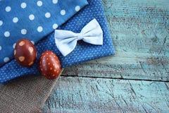 Ρύθμιση δύο αυγών Πάσχας στη γιούτα και το μπλε γραφείο Στοκ φωτογραφία με δικαίωμα ελεύθερης χρήσης