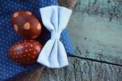Ρύθμιση δύο αυγών Πάσχας στο παλαιό μπλε γραφείων Στοκ Εικόνες