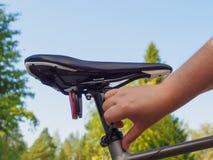Ρύθμιση ενός καθίσματος ποδηλάτων Στοκ εικόνα με δικαίωμα ελεύθερης χρήσης