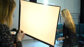 Ρύθμιση εξοπλισμού ομαδικής εργασίας φωτογράφων παρασκηνίων απόθεμα βίντεο