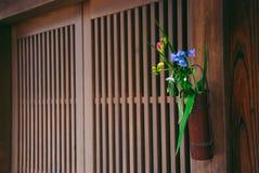 Ρύθμιση λουλουδιών έξω από τις ιαπωνικές πόρτες στοκ φωτογραφία με δικαίωμα ελεύθερης χρήσης