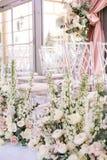 Ρύθμιση λουλουδιών των ρόδινων τριαντάφυλλων, των νεραγκουλών και των άσπρων κουδουνιών και του ευκαλύπτου κοντά στις διαφανείς κ στοκ εικόνα
