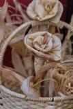 Ρύθμιση με τα διακοσμητικά λουλούδια των ξηρών φύλλων καλαμποκιού στοκ εικόνα με δικαίωμα ελεύθερης χρήσης