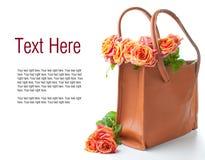 Ρύθμιση με τα τριαντάφυλλα σε μια τσάντα στοκ φωτογραφία
