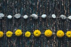 Ρύθμιση με τις πέτρες και τα κεφάλια λουλουδιών Στοκ Εικόνες