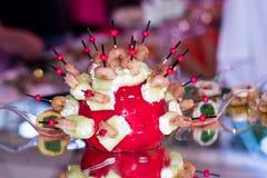 Ρύθμιση, ντομάτα, γαρίδες και τυρί τροφίμων Στοκ Εικόνα
