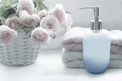 Ρύθμιση λουτρών με τα ρομαντικά ρόδινα τριαντάφυλλα Στοκ εικόνα με δικαίωμα ελεύθερης χρήσης