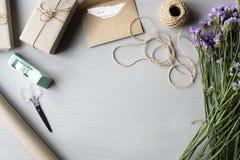Ρύθμιση λουλουδιών θέσης με το παρόν διάστημα αντιγράφων κιβωτίων δώρων στοκ φωτογραφία με δικαίωμα ελεύθερης χρήσης