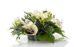 Ρύθμιση λουλουδιών με τα lilys και το freesia Στοκ φωτογραφία με δικαίωμα ελεύθερης χρήσης