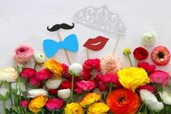 ρύθμιση λουλουδιών, πλαστά χείλια εγγράφου, τιάρα και mustache στα ραβδιά στοκ εικόνες