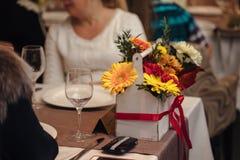 Ρύθμιση λουλουδιών σε ένα κιβώτιο Στοκ φωτογραφία με δικαίωμα ελεύθερης χρήσης