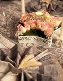 Ρύθμιση λουλουδιών στον πίνακα γευμάτων Στοκ Εικόνες