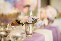 Ρύθμιση λουλουδιών στο ασημένιο κύπελλο με τα ρόδινα peonies και το hydrangea στοκ εικόνες
