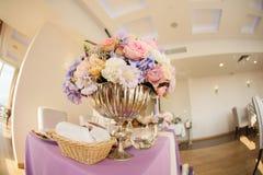 Ρύθμιση λουλουδιών στο ασημένιο κύπελλο με τα ρόδινα peonies και το hydrangea στοκ εικόνες με δικαίωμα ελεύθερης χρήσης