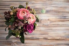 Ρύθμιση λουλουδιών των τριαντάφυλλων και του βατραχίου Στοκ φωτογραφία με δικαίωμα ελεύθερης χρήσης
