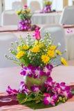 Ρύθμιση λουλουδιών στο συμβαλλόμενο μέρος Στοκ εικόνες με δικαίωμα ελεύθερης χρήσης