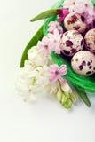 Ρύθμιση Πάσχας - αυγά ορτυκιών και λουλούδια υάκινθων Στοκ Εικόνες