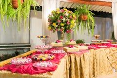 Ρύθμιση πινάκων και λουλουδιών γλυκών Στοκ Φωτογραφίες