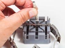 Ρύθμιση της ζώνης ρολογιών με την καρφίτσα διατρήσεων Στοκ Εικόνες