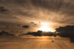 Ρύθμιση του ήλιου πίσω από τα όμορφα σύννεφα με τις ακτίνες Θεών Στοκ εικόνες με δικαίωμα ελεύθερης χρήσης