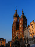 Ρύθμιση του ήλιου στην εκκλησία Mariacki ή την εκκλησία του ST Marys στην Κρακοβία Πολωνία Στοκ Εικόνες