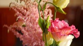 Ρύθμιση των διαφορετικών λουλουδιών των διαφορετικών χρωμάτων, που στέκονται στους πίνακες για μια διακόσμηση διακοπών απόθεμα βίντεο