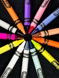 Ρύθμιση των κραγιονιών Crayola σε ένα μαύρο σκηνικό στοκ φωτογραφία με δικαίωμα ελεύθερης χρήσης