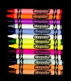 Ρύθμιση των κραγιονιών Crayola σε ένα μαύρο σκηνικό στοκ εικόνα