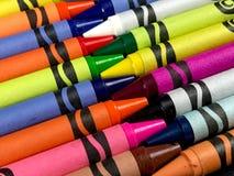Ρύθμιση των κραγιονιών Crayola σε ένα μαύρο σκηνικό στοκ εικόνες