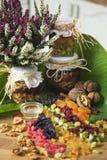 Ρύθμιση των ξηρών καρπών και των βάζων του σύμφυρματος φρούτων μελιού Στοκ εικόνες με δικαίωμα ελεύθερης χρήσης