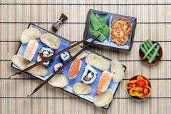 Ρύθμιση των σουσιών με chopsticks Στοκ φωτογραφία με δικαίωμα ελεύθερης χρήσης