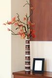 Ρύθμιση φθινοπώρου σε ένα βάζο στον πίνακα και photoframe. Στοκ Φωτογραφίες