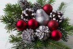 Ρύθμιση Χριστουγέννων με τις κόκκινες διακοσμήσεις, το ασημένιο και χιονώδες πεύκο Στοκ εικόνα με δικαίωμα ελεύθερης χρήσης