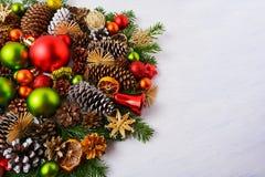 Ρύθμιση Χριστουγέννων με τις κόκκινες, πράσινες διακοσμήσεις, αστέρια αχύρου, ομο Στοκ εικόνα με δικαίωμα ελεύθερης χρήσης