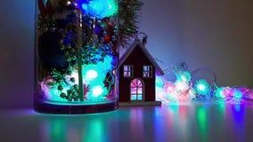Ρύθμιση Χριστουγέννων του νέου ντεκόρ έτους ` s ένα εορταστικό βράδυ απόθεμα βίντεο