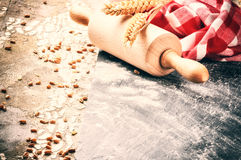 Ρύθμιση ψησίματος με την ξύλινη κυλώντας πετσέτα καρφιτσών και κουζινών Στοκ εικόνες με δικαίωμα ελεύθερης χρήσης