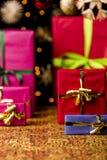 Ρύθμιση δώρων Χριστουγέννων στα θερμά χρώματα στοκ εικόνες