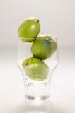 Ρύθμιση τριών Kiwiberries σε ένα γυαλί στοκ φωτογραφίες