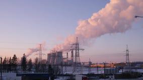 Ρύπανση καπνού που αυξάνεται επάνω στον ουρανό από ένα αργό MO καπνοδόχων 4K εγκαταστάσεων θερμικής παραγωγής ενέργειας απόθεμα βίντεο
