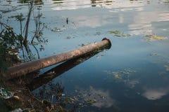 Ρύπανση νερού και περιβάλλοντος από τα βιομηχανικά απόβλητα Στοκ φωτογραφία με δικαίωμα ελεύθερης χρήσης