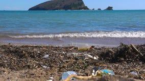 Ρύπανση στην παραλία του τροπικού νησιού απόθεμα βίντεο