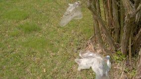 Ρύπανση των πλαστικών στο έδαφος Τα πλαστικά απόβλητα βρίσκονται στο έδαφος Προστασία του περιβάλλοντος Πλαστικά μπουκάλια και άλ φιλμ μικρού μήκους