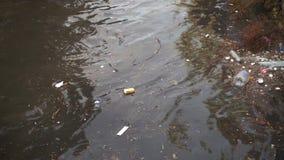 Ρύπανση των υδάτων με τα βρώμικα και πλαστικά απορρίματα απόθεμα βίντεο
