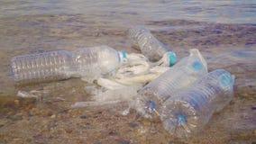 Ρύπανση: garbages, πλαστικό, και απόβλητα στην παραλία μετά από τις χειμερινές θύελλες φιλμ μικρού μήκους