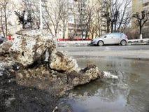 Ρύπος, απορρίματα, μπουκάλια στην πόλη Βρώμικες οδοί της πόλης την άνοιξη στοκ εικόνες