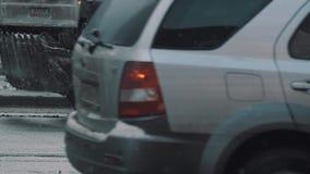 Ρύπος αποφλοίωσης εκσακαφέων υπηρεσιών πόλεων της πλευράς του δρόμου στο μειωμένο χιόνι φιλμ μικρού μήκους
