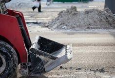 ρύπος που αφαιρεί το τρακτέρ χιονιού Στοκ φωτογραφία με δικαίωμα ελεύθερης χρήσης