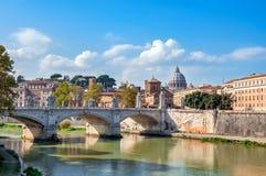 Ρώμη, άποψη του Tiber και βασιλική του ST Peter με τη γέφυρα Στοκ Εικόνες