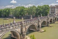 Ρώμη Ιταλία, Ευρώπη Άποψη από τον sant-Angelo Castel, πέρα από τον ποταμό Tiber, τη γέφυρα Ponte Sant Angelo, με τους στραγγίζοντ Στοκ φωτογραφίες με δικαίωμα ελεύθερης χρήσης